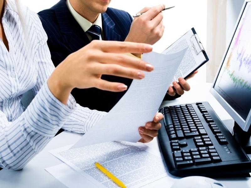 Mídia indoor, negócio, tecnologia, computador, mesa, trabalho, mulher, homem, mão, colega, comunicação, desktop, emprego, teclado, reunião, monitor, escritório, papel, pessoa, planejamento, sucesso, meta, empresa, empreendedorismo