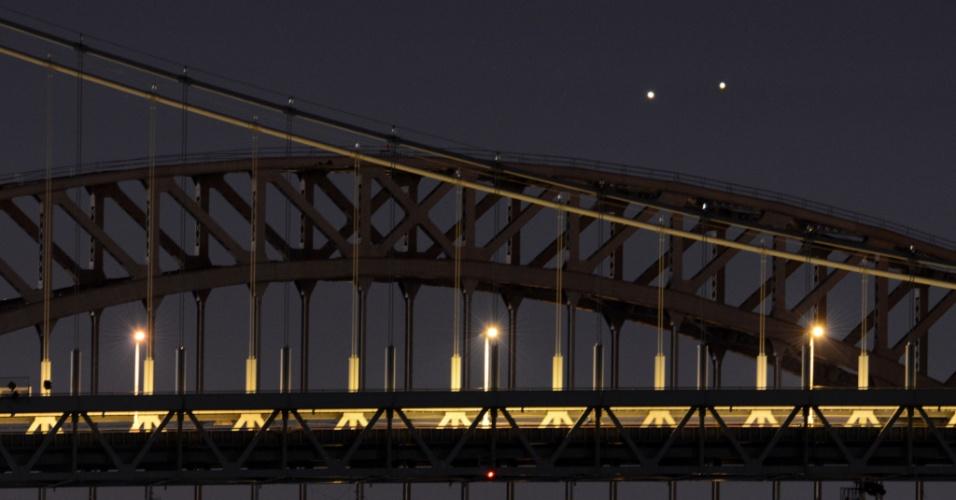 Vênus (esq.) e Júpiter (dir.) surgem muito próximos em uma rara conjunção sobre as pontes Hell Gate e Robert F. Kennedy na manhã desta segunda-feira (18) em Nova York, nos Estados Unidos