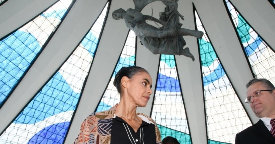 19.ago.2014 - A ex-senadora Marina Silva participa da missa de sétimo dia do falecimento de Eduardo Campos na Catedral Metropolitana de Brasília. Campos, candidato do PSB à Presidência, morreu na quarta-feira (13) em acidente aéreo em Santos (SP)