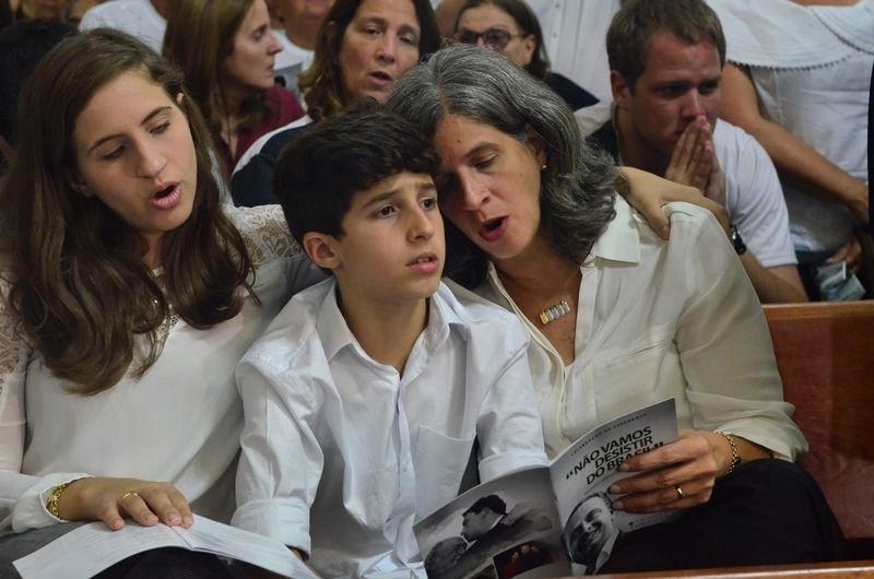 19.ago.2014 - A viúva de Eduardo Campos, Renata Campos, abraça dois de seus filhos durante missa de sétimo dia realizada em homenagem ao ex-candidato do PSB à Presidência em Recife