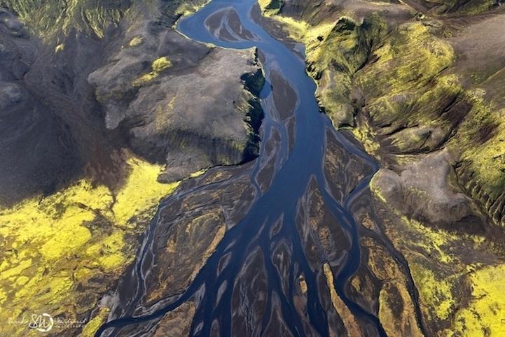 19.ago.2014 - A Islândia é conhecida por suas cachoeiras abundantes, vulcões, gêiseres e icebergs. Combinados a uma natureza que pode ser luxuriante ou árida, o país é conhecido como 'terra do fogo e do gelo'. É essa riqueza de contrastes que levou a fotógrafa Sarah Martinet a captar imagens a bordo de um avião