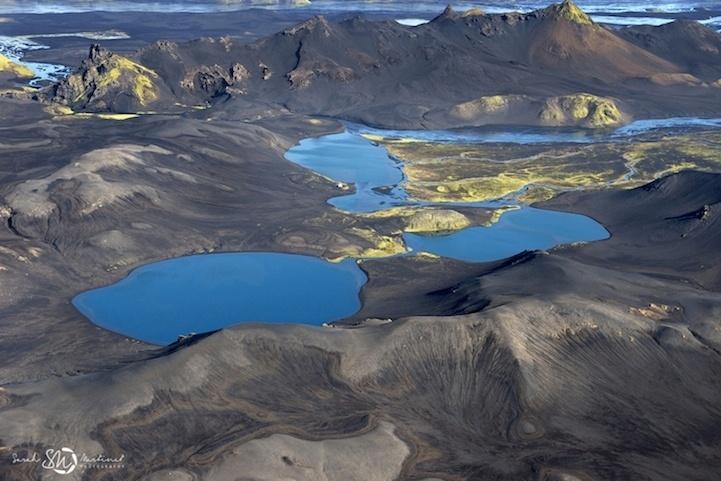19.ago.2014 - Lagos azuis cercados por terra estéril estão entre as imagens colhidas pela fotógrafa Sarah Martinet para o projeto de captar a beleza natural da Islândia a bordo de um avião