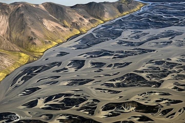 19.ago.2014 - A bordo de um pequeno avião, com as janelas abertas, a fotógrafa Sarah Martinet registrou paisagens surpreendentes da Islândia