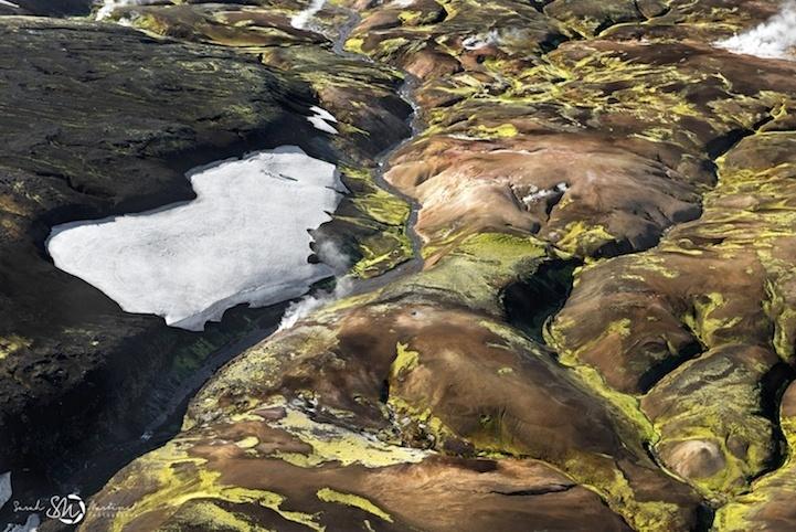 19.ago.2014 - Paisagem mistura gelo, vegetação e montanhas na Islândia. A imagem, feita pela fotógrafa Sarah Martinet, integra uma série que destaca a beleza e o contraste natural da 'terra do fogo e do gelo'