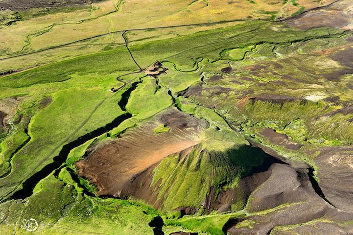 """19.ago.2014 - Montanha """"quebra"""" planície verde na Islândia em imagem da fotógrafa Sarah Martinet que integra a série que tenta capturar a beleza natural da 'terra do fogo e do gelo'"""
