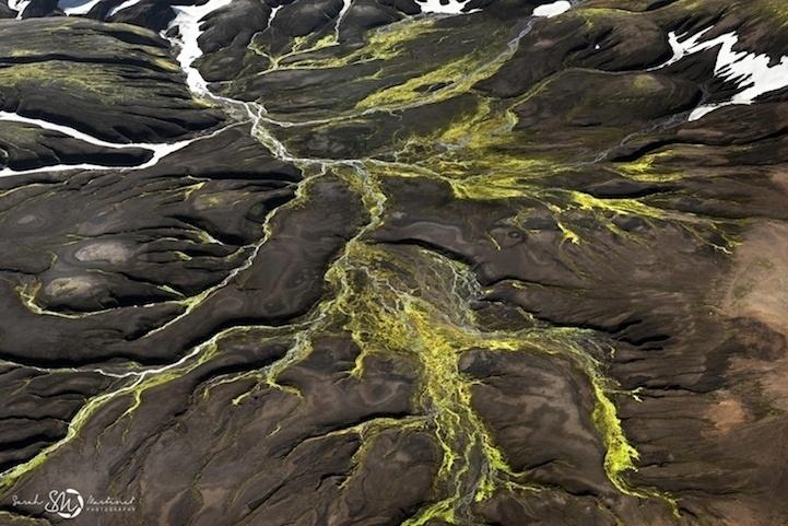 19.ago.2014 - Semelhante a vasos sanguíneos, fissuras na terra misturam as cores marrom, verde e branco nesta foto de Sarah Martinet que integra o projeto com imagens vistas do alto da Islândia