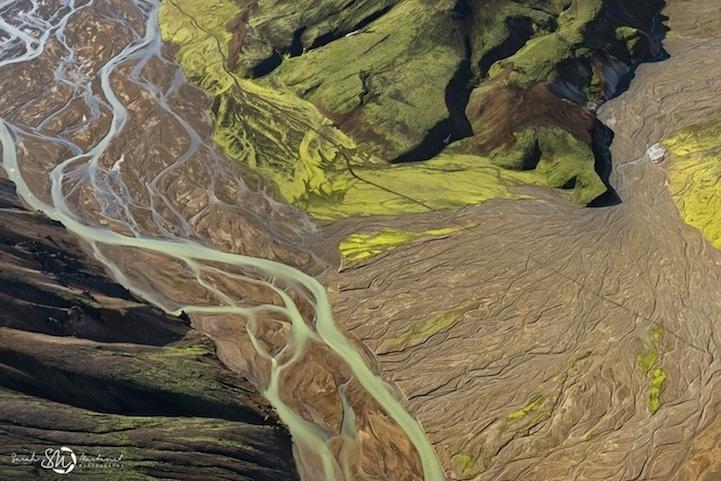 19.ago.2014 - Filetes de rios da cor azul contrastam com a terra estéril em torno ao redor nessa foto de Sarah Martinet, que captou imagens da Islândia vista do alto