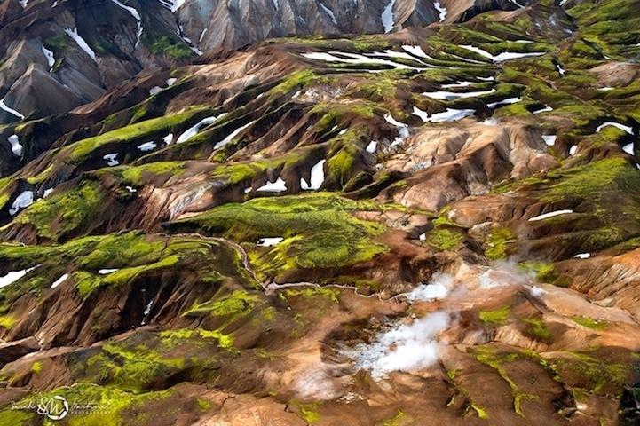 19.ago.2014 - A fotógrafa Sarah Martinet conseguiu fazer imagens que agregam texturas ousadas, formas proeminentes e linhas tortuosas gravadas sobre uma paisagem dramática na Islândia