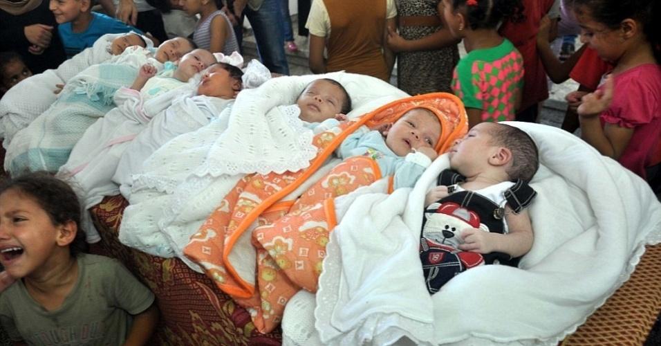 19.ago.2014 - Enquanto palestinos comemoravam o nascimento de sete bebês, cujas mães deram à luz em abrigos da ONU (Organização das Nações Unidas), a trégua humanitária na Faixa de Gaza, em vigor há seis dias, acabava com bombardeios mútuos entre o Hamas e Israel