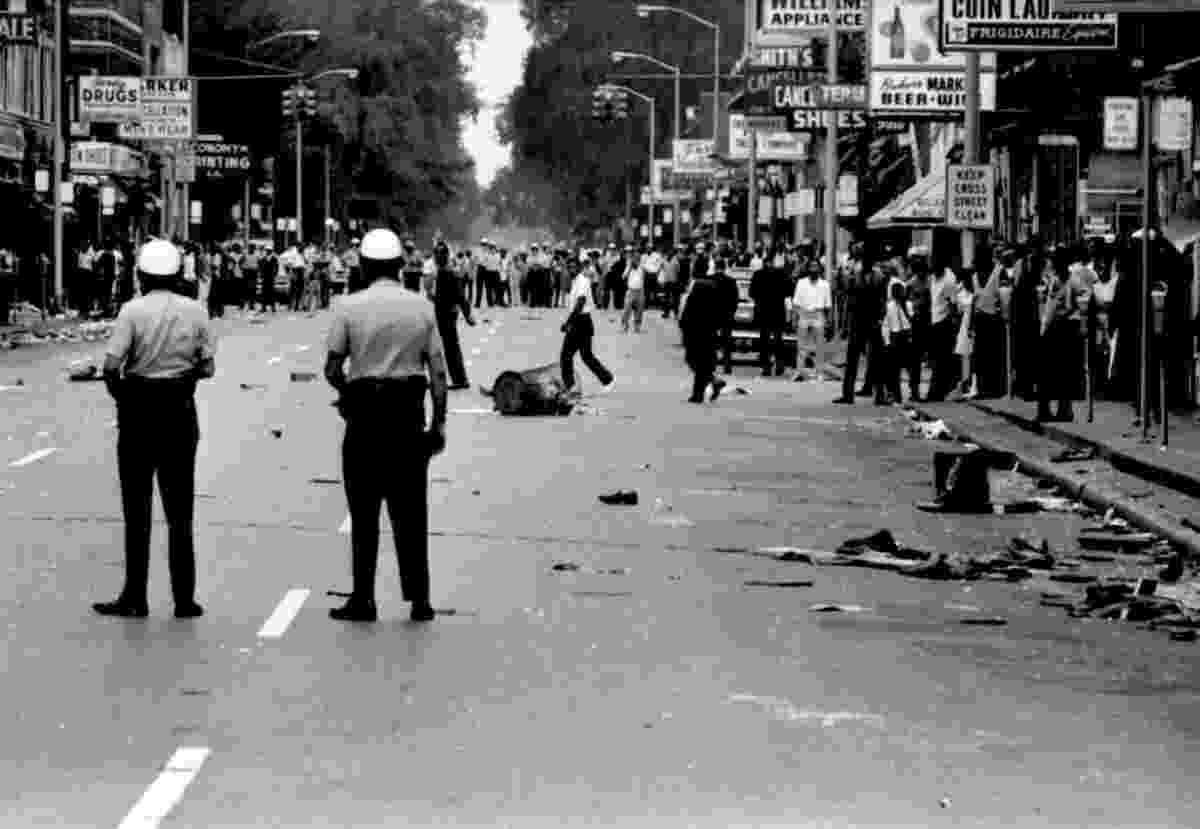 19.ago.2014 - Entre os dias 23 e 28 de julho de 1967, ocorreram distúrbios em Detroit após a intervenção da polícia no 12th Street, predominantemente negro. O Exército e a Guarda Nacional foram implantados. Os confrontos mataram 43 pessoas e feriram mais de 2.000. A agitação se espalhou em vários Estados, incluindo Illinois, Carolina do Norte, Tennessee e Maryland. Durante 1967, o balanço total da violência racial chegou a 83 mortos em 128 cidades do país - Reprodução