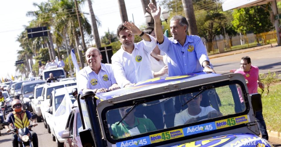 19.ago.2014 - O candidato à Presidência da República pelo PSDB, Aécio Neves, participou de caminhada e ato politico em Dourados (MS), ao lado do candidato a governador Reinaldo Azambuja (PSDB)