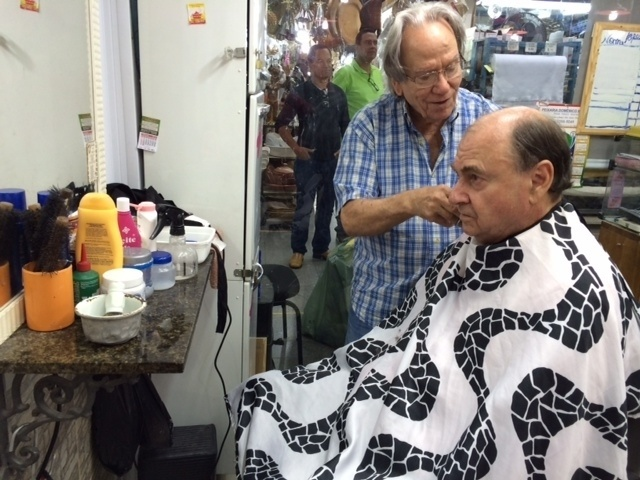 19.ago.2014 - O candidato do DEM ao Senado pelo Rio de Janeiro, Cesar Maia, corta o cabelo no Mercadão de Madureira. Ontem o TRE-RJ (Tribunal Regional Eleitoral do Rio de Janeiro) indeferiu a candidatura do ex-prefeito da capital fluminense. A candidatura foi indeferida tendo por base a Lei da Ficha Limpa. Ainda cabe recurso