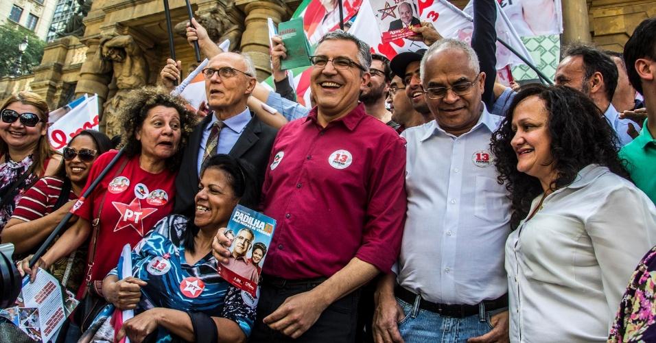 19.ago.2014 - O candidato do PT ao governo de São Paulo, Aelxandre Padilha, faz caminhada pelo centro da capital nesta terça-feira