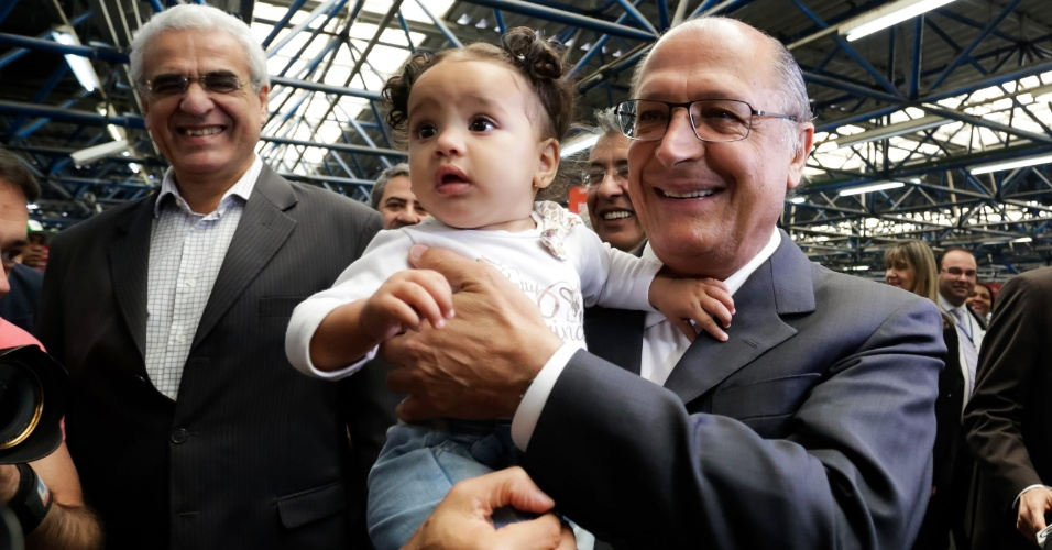 19.ago.2014 - O governador do Estado de São Paulo e candidato à reeleição, Geraldo Alckmin, segura bebê no colo na estação Barra Funda do metrô, na capital paulista, na manhã desta terça-feira (19)
