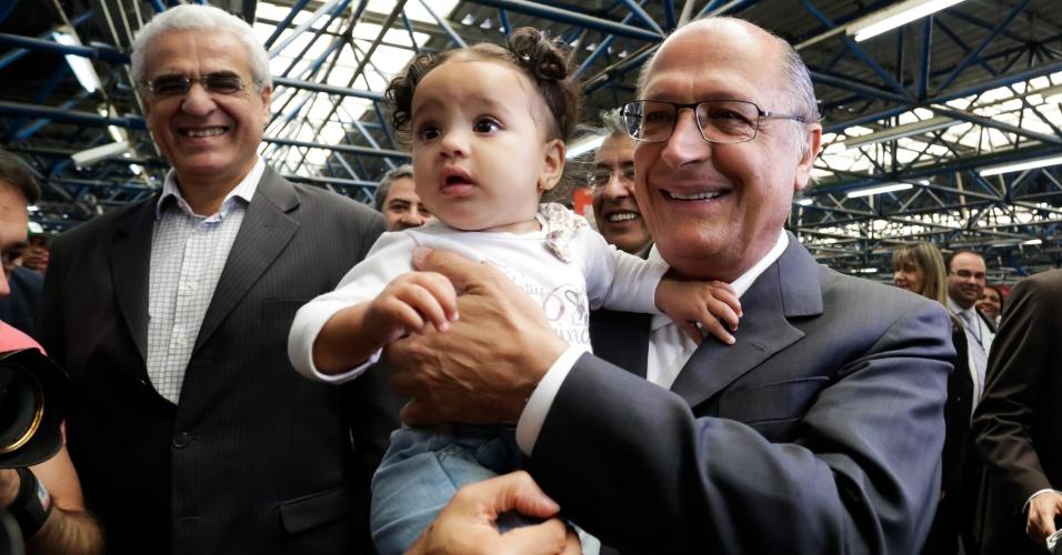19.ago.2014 - O governador do Estado de São Paulo e candidato à reeleição, Geraldo Alckmin, segura bebê no colo na estação Barra Funda do metrô, na capital paulista, em corpo a corpo de campanha na manhã desta terça-feira (19)