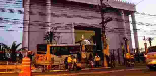 Ônibus invadiu jardim do Templo de Salomão, no Brás, centro de São Paulo - Vinicius Gonçalvez/Futura Press/Estadão Conteúdo