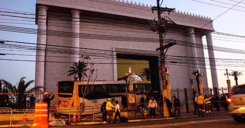 19.ago.2014 - Ônibus invade jardim do recém-inaugurado Templo de Salomão, no bairro do Brás, centro de São Paulo, após colidir com um carro na avenida Rangel Pestana, na madrugada desta terça-feira (19). Uma pessoa ficou ferida