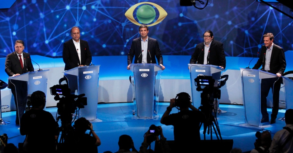 19.ago.2014 - Os canditados ao governo do Rio de Janeiro, Anthony Garotinho (PR), Luiz Fernando Pezão (PMDB), Lindberg Farias (PT), Tarcísio Motta (PSOL) e Marcelo Crivella (PRB) participam de debate da TV Bandeirantes