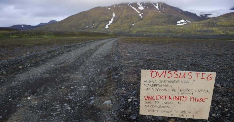 20.ago.2014 - Aviso de perigo em estrada que leva ao vulcão Bardarbunga, na região de Vatnajokull, na Islândia. O país está em alerta para uma erupção vulcânica. O Bardarbunga está em atividade há quatro dias e ameaça atrapalhar o tráfego aéreo. Moradores foram retirados de região de risco