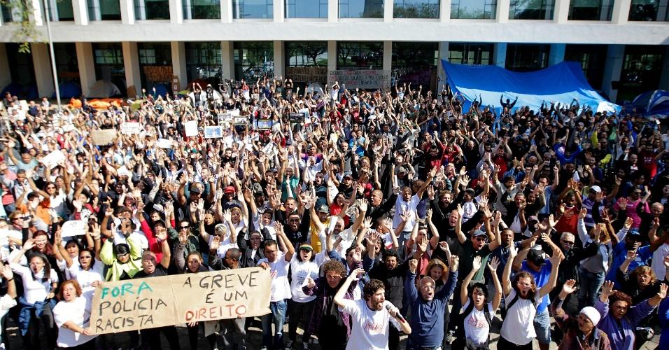 20.ago.2014 - Funcionários da USP (Universidade de São Paulo) decidem continuar a greve, que já dura mais de 80 dias. A assembleia foi realizada na manhã desta quarta-feira (20) após confronto entre PM e manifestantes que tentavam impedir a entrada de pessoas em todos os portões da universidade