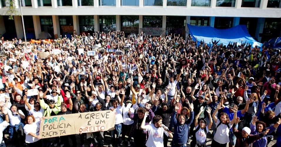 20.ago.2014 - Funcionários da USP (Universidade de São Paulo) decidem continuar a greve, que já dura mais de 80 dias. A assembleia foi realizada na manhã desta quarta-feira (20) após confronto entre PM e manifestantes que tentavam impedir e entrada de pessoas em todos os portões da universidade