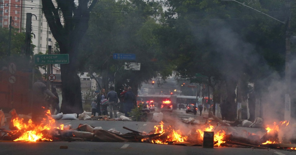 20.ago.2014 - Grevistas da USP entraram em confronto com PM na manhã desta quarta (20) nos arredores do portão principal da universidade, que fica na rua Alvarenga. O trânsito na região ficou complicado