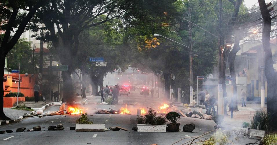 20.ago.2014 - Grevistas da USP fazem bloqueio na rua Alvarenga na manhã desta quarta