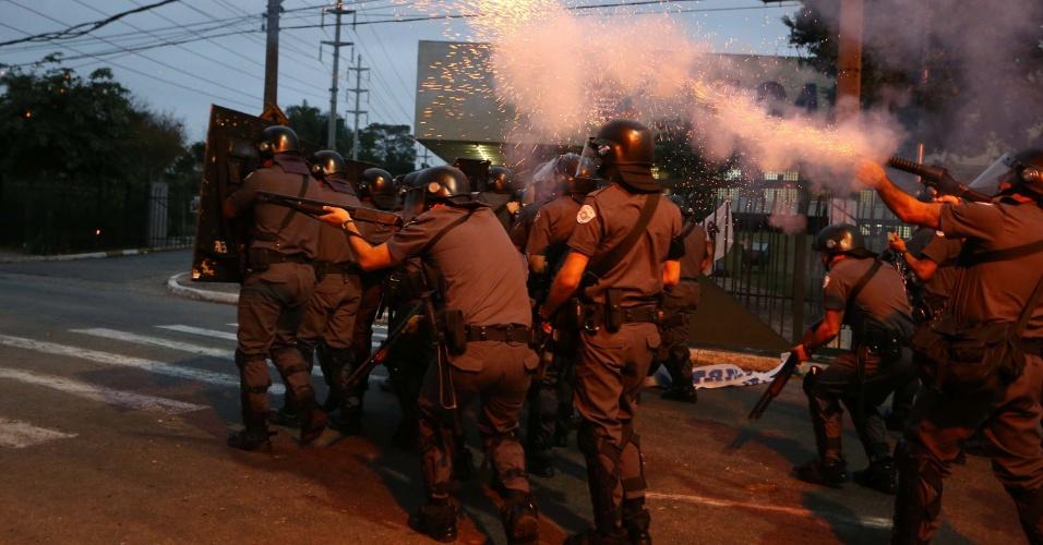 20.ago.2014 - Grevistas da USP (Universidade de São Paulo) e PM (Polícia Militar) entram em confronto na manhã desta quarta (20); funcionários e alunos fazem bloqueio nas três portarias da universidade