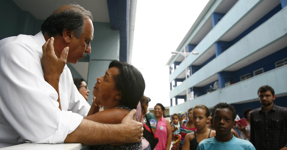 20.ago.2014 - O governador do Rio de Janeiro e candidato à reeleição, Luiz Fernando Pezão, visita ao Conjunto Residencial Nova CCPL em Manguinhos, na zona norte da cidade, em evento de campanha política