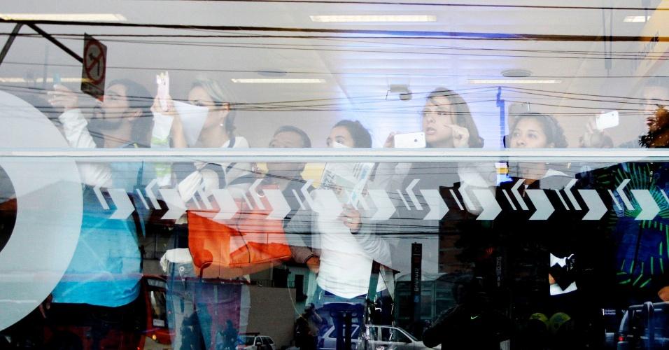 20.ago.2014 - Pedestres se protegem dentro da estação de metrô Butantã; PM lançou gás lacrimogêneo contra grevistas da USP que reivindicam reabertura de negociação com reitoria. Eles estão em greve desde 27 de maio