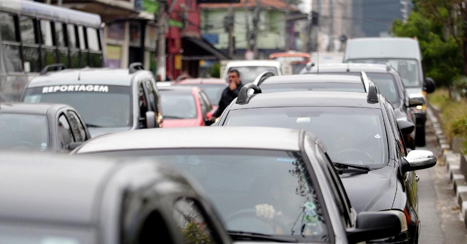 20.ago.2014 - Por causa do confronto entre PM e grevistas da USP, o trânsito da avenida Vital Brasil ficou travado. Do outro lado do campus, na Marginal Pinheiros, o tráfego também ficou pesado