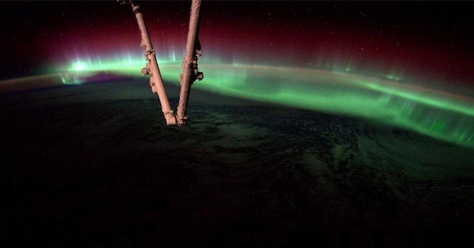 21.ago.2014 - O astronauta americano Reid Wiseman, que participa da missão da ISS (Estação Espacial Internacional), captou esta imagem incrível das auroras dançando pela atmosfera terrestre
