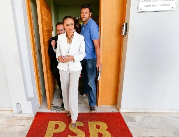 21.ago.2014 - A candidata do PSB à Presidência da República, Marina Silva, deixa sede do partido em Brasília (DF) após encontro com dirigentes dos partidos que integram a coligação Unidos pelo Brasil - PSB, PPS, PPL, PRP, PHS e PSL