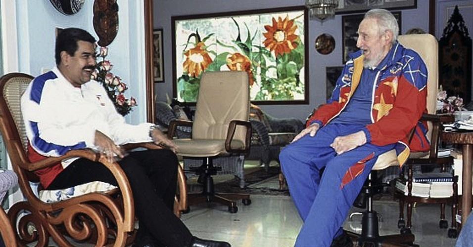 21.ago.2014 - Em imagem divulgada nesta quinta-feira (21) pelo site Cuba Debate, o ex-líder cubano Fidel Castro conversa com o presidente da Venezuela, Nicolás Maduro, em Havana. A foto foi feita no dia 13 de agosto, quando Maduro esteve no país para visitar Fidel, que completou 88 anos na última semana