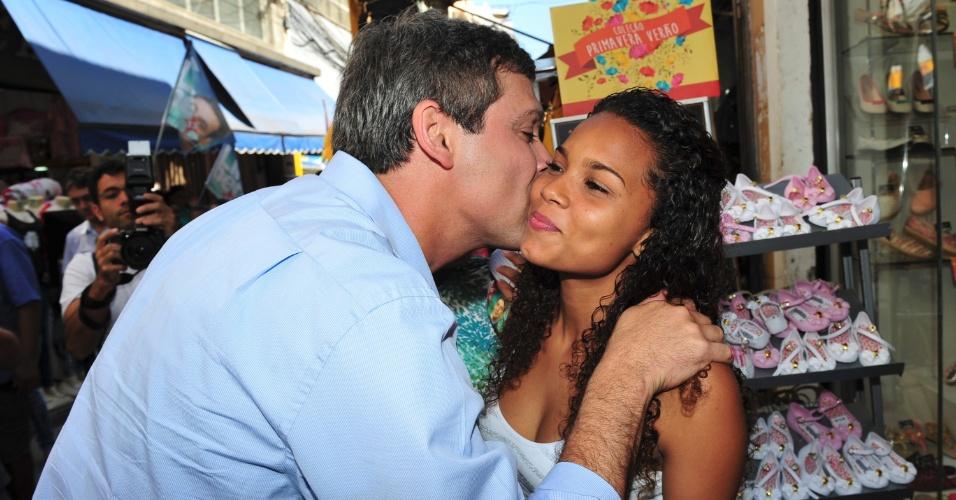 21.ago.2014 - O candidato ao governo do Estado do Rio de Janeiro pelo PT, Lindberg Farias, beija pedestre em corpo a corpo de campanha na região do Saara, no centro da capital fluminense