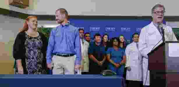 21.ago.2014 - O médico norte-americano Kent Brantly, que contraiu ebola de pacientes que tinham o vírus na Libéria, olha para a mulher durante anúncio da alta - Erik S. Lesser/EFE