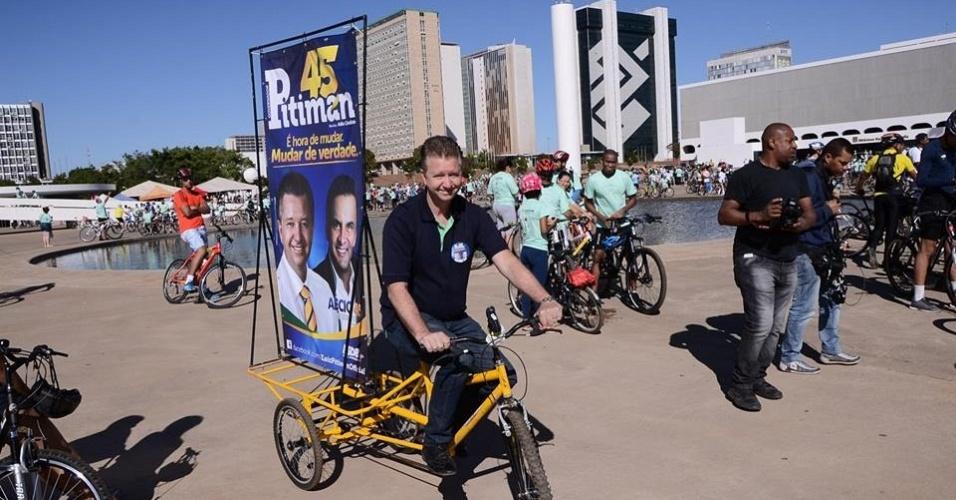 10.ago.2014 - O candidato do PSDB ao governo do DF, Luiz Pitiman, participa do passeio Rodas da Paz em Brasília