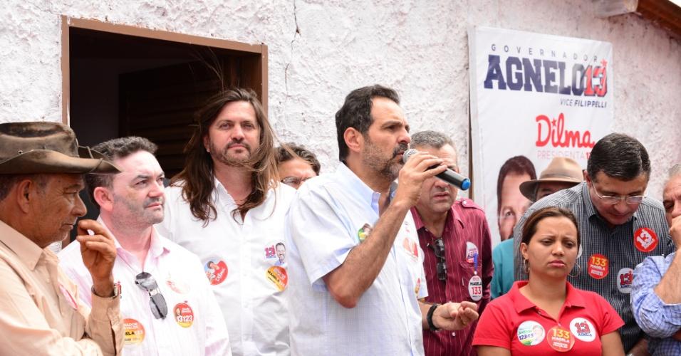 16.ago.2014 - O governador do DF, Agnelo Queiroz (PT), candidato à reeleição, participa de inauguração de comitê em Taquara