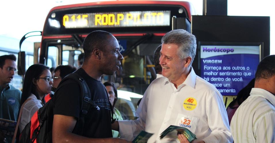 18.ago.2014 - O senador Rodrigo Rollemberg, candidato do PSB ao governo do Distrito Federal, faz campanha na rodoviária do Plano Piloto de Brasília