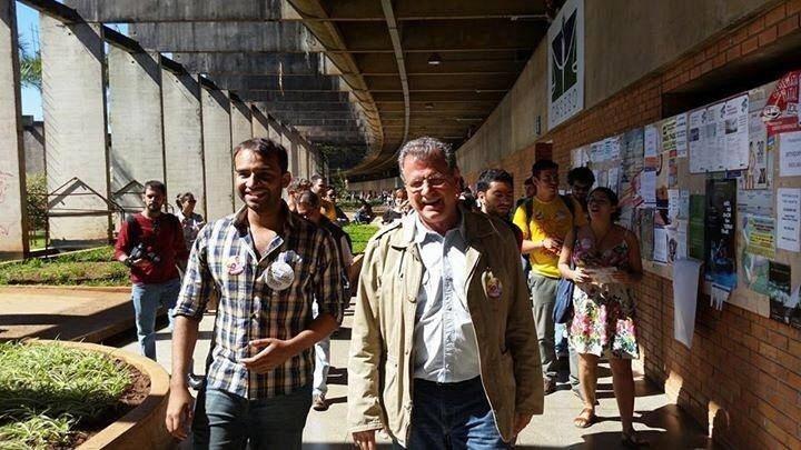 21.ago.2014 - O candidato ao governo do Distrito Federal Toninho do PSOL participa de caminhada na UnB (Universidade de Brasília)
