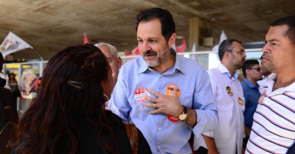 21.ago.2014 - O governador do DF Agnelo Queiroz (PT), candidato à reeleição, participa da inauguração do comitê de campanha no prédio do Conic, no centro de Brasília