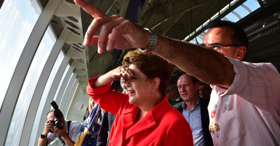 22.ago.2014 - Em seu primeiro compromisso oficial de campanha no Rio Grande do Sul, a candidata à reeleição pelo PT, Dilma Rousseff, viajou de trem pelo trecho que liga as cidades de São Leopoldo a Novo Hamburgo