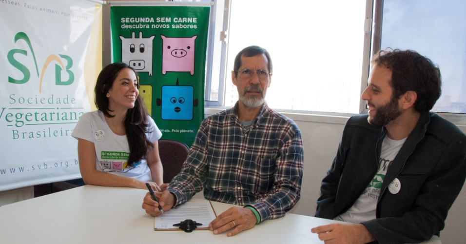 22.ago.2014 - O Candidato à Presidência pelo PV, Eduardo Jorge, assina a carta compromisso de promover o vegetarianismo em visita à Sociedade Vegetariana Brasileira, em São Paulo, nesta sexta