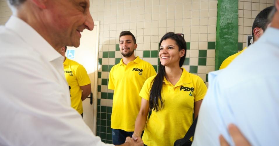 22.ago.2014 - O candidato ao governo de São Paulo pelo PMDB, Paulo Skaf, cumprimenta militantes tucanos na Lapa