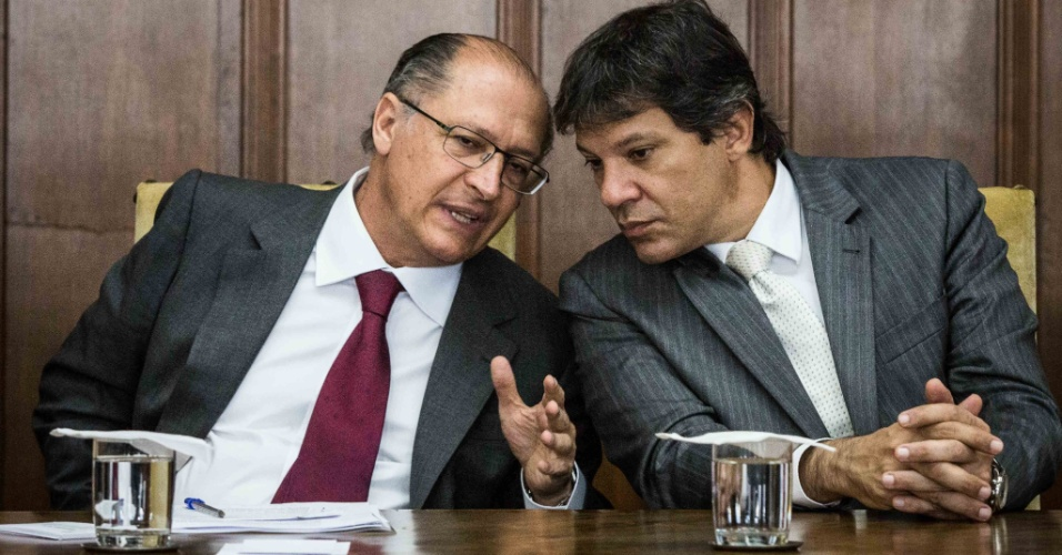 22.ago.2014 - O governador de São Paulo, Geraldo Alckmin, e o prefeito da capital paulista, Fernando Haddad, participam de cerimônia de assinatura do contrato da PPP (Parceria Público-Privado) da linha 18-bronze (monotrilho Tamanduateí-São Bernardo do Campo), no Palácio dos Bandeirantes, sede do governo paulista, na zona sul de São Paulo, nesta sexta-feira (22)