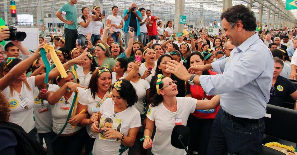 22.ago.2014 - O senador e candidato à Presidência do PSDB, Aécio Neves, visita fábrica de tecidos em Natal, nesta sexta