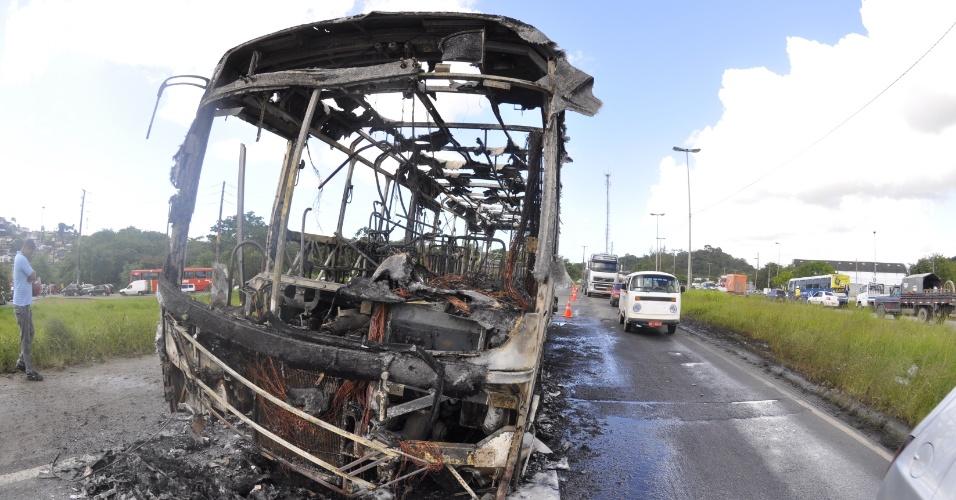 22.ago.2014 - Um ônibus foi incendiado durante a paralisação de motoristas e cobradores em Recife (PE). Os rodoviários protestam contra a decisão do TST (Tribunal Superior do Trabalho) de reduzir de 10% para 6% o percentual de reajuste dos trabalhadores