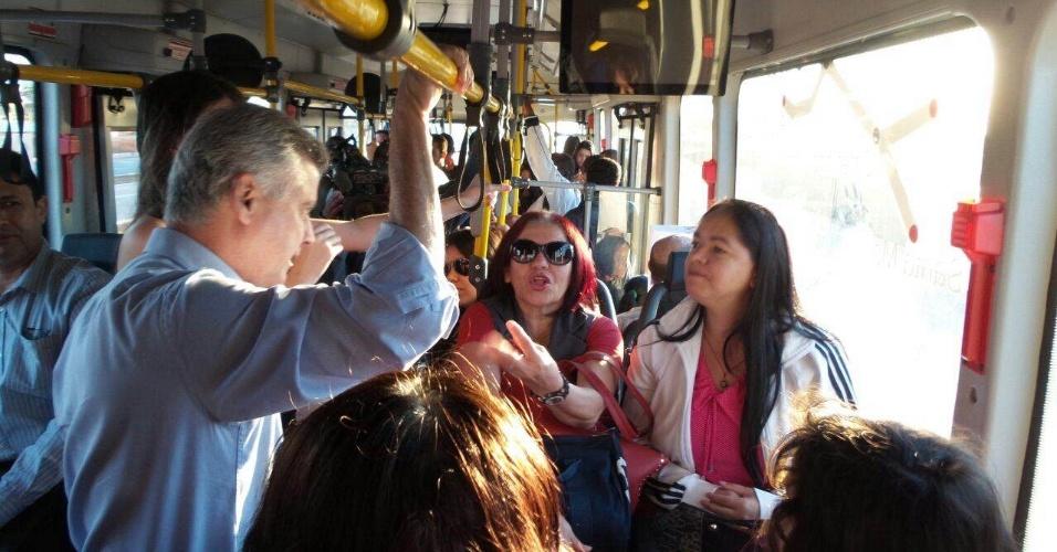 5.ago.2014 - O candidato do PSB ao governo do DF, senador Rodrigo Rollemberg, anda de ônibus e conversa com eleitores
