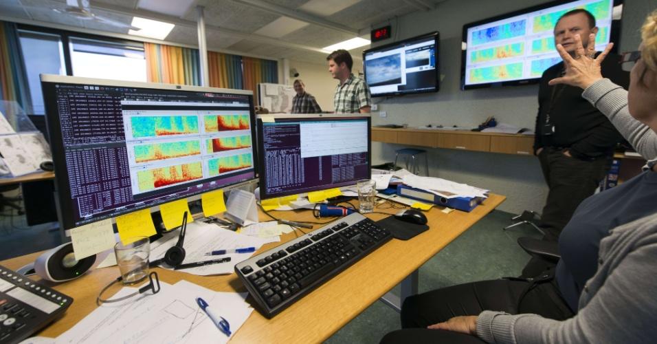 23.ago.2014 - Funcionários do Met Office (agência de meteorologia britânica) em Reykjavík (Islândia) observam em telas de computadores o aumento de atividade do vulcão Bardarbunga. O país europeu emitiu alerta vermelho nessa sábado para risco de atividade. Em função disso, o governo proibiu o tráfego aéreo na região.