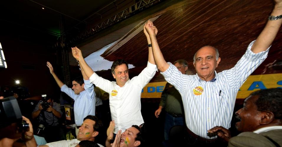 23.ago.2014 - O candidato à Presidência da República pelo PSDB, Aécio Neves, esteve em Salvador, neste sábado (23), para lançar o 'Plano Nordeste Forte'. Segundo o candidato, o plano visa oferecer soluções para problemas da região Nordeste. O lançamento contou com a participação de ACM Neto (DEM-BA) - à esquerda - , e Paulo Souto (DEM-BA) - à direita